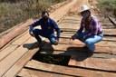 Tiago do Zico fiscaliza ponte e estrada no limite com Água Clara